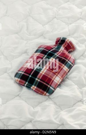 ein Vintage rmflasche auf einer Bettdecke - Stockfoto