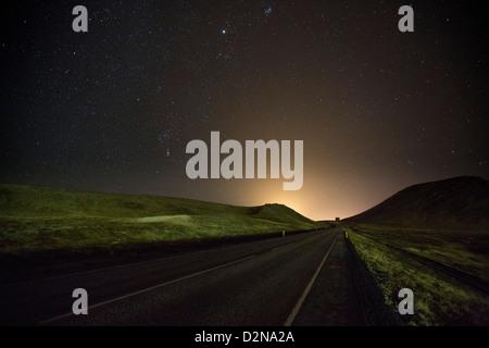 Sternennacht über Straße und Landschaft, Island - Stockfoto