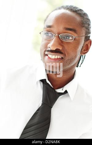 Porträt von lächelnden ethnischen männlich - Stockfoto