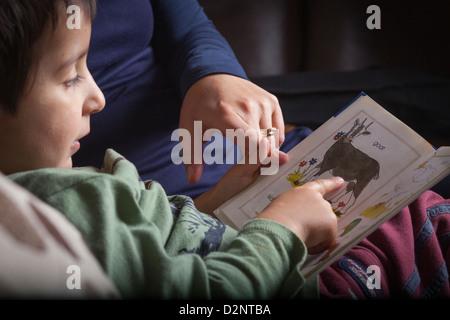 Mutter lehrt 4 Jahre alten Jungen zu lesen - Stockfoto