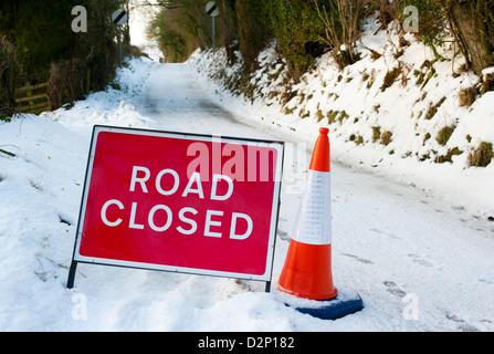 Straße gesperrt Schild mit Verkehr Kegel, Kirche Stretton, Shropshire, England - Stockfoto