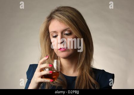 Junge Frau geplagt von Alkoholabhängigkeit, 23. Januar 2013, © Katharine Andriotis - Stockfoto