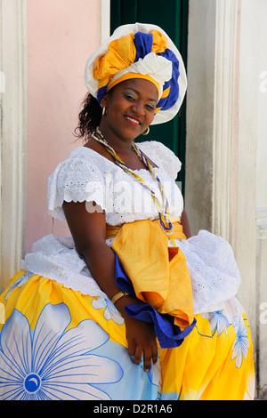 Bahia-Frau in traditioneller Kleidung im Pelourinho Bezirk, (Salvador de Bahia), Salvador Bahia, Brasilien, Südamerika Stockfoto