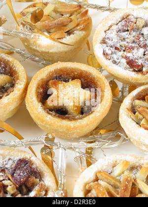 Mini Mince Pies mit einer Vielzahl von Belägen. - Stockfoto
