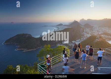 Touristen am Zuckerhut (Pao de Acucar), Rio De Janeiro, Brasilien, Südamerika - Stockfoto