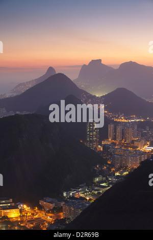 Aussicht auf Rio bei Sonnenuntergang vom Zuckerhut in Rio De Janeiro, Brasilien, Südamerika - Stockfoto