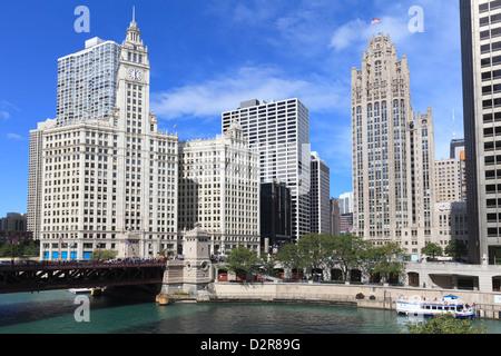 Das Wrigley Building und Tribune Tower, über den Chicago River, North Michigan Avenue, Chicago, Illinois, USA - Stockfoto