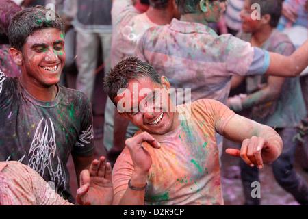 Männer feiern Holi Festival, Barsana, Uttar Pradesh, Indien, Asien - Stockfoto