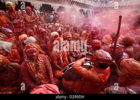 Barsana Dorfbewohner feiern Holi in Nandgaon, Uttar Pradesh, Indien, Asien - Stockfoto