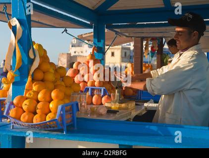 Man drückte Orangen Essaouira Marokko - Stockfoto