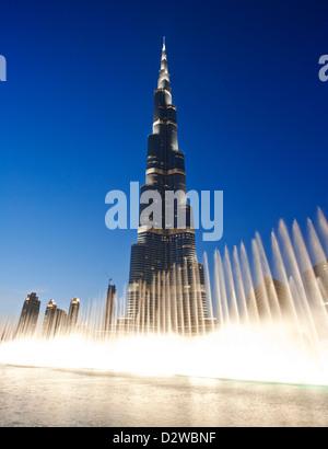 Brunnen-Show vor dem Burj Khalifa mit seinen 828 Metern Höhe ist es das höchste Gebäude der Welt, Dubai, Vereinigte - Stockfoto