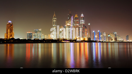 Wolkenkratzer in Dubai Marina von Palm Jumeirah in Dubai, Vereinigte Arabische Emirate betrachtet. - Stockfoto