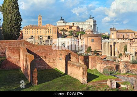 Blick auf alte Ruinen des Forum Romanum und Vittorio Emanuele II Denkmal auf Hintergrund in Rom, Italien. - Stockfoto