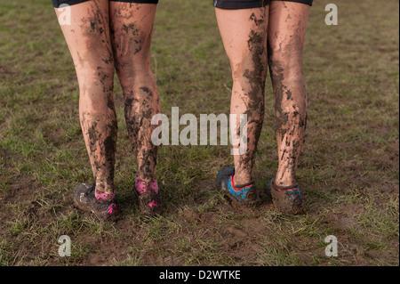 Cross Country Championships senior und Inter Mailand Jugend Mädchen extrem schlammigen Bedingungen bespritzt Schlamm - Stockfoto
