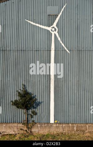Mid Wales, UK. Graffiti von einer Windkraftanlage mit einem Pferd und Reiter zu skalieren, gemalt in der Nähe eine - Stockfoto