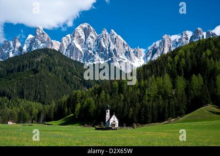 Das Kirchlein St. Johann in Ranui, Sud Tirol, Italien, Alto Adige, Val di Funes (Villnösser Tal) - Stockfoto