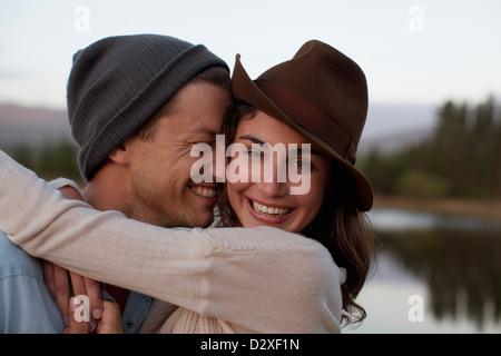 Porträt von glücklichen paar umarmt am See hautnah - Stockfoto