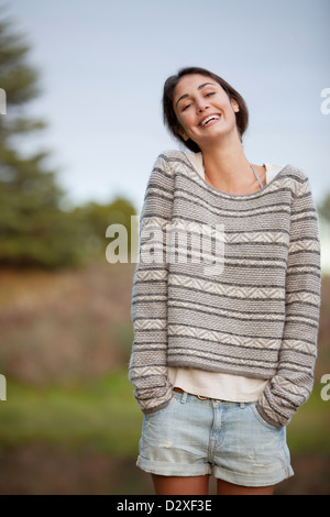 Portrait von lächelnden Frau mit Händen kurz Taschen - Stockfoto