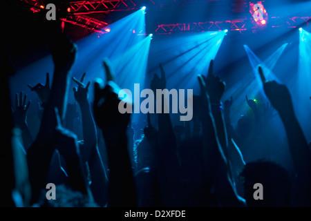 Silhouette der Menge jubeln mit Konzert erhobenen Armen - Stockfoto