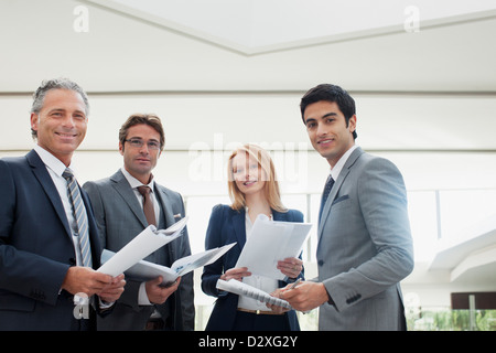 Porträt des Lächelns Geschäftsleute Überprüfung Papierkram - Stockfoto