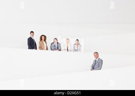Porträt von zuversichtlich Geschäftsleute auf moderne Treppe stehend - Stockfoto