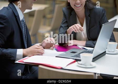 Lächelnd, Geschäftsmann und Geschäftsfrau mit Laptop im café - Stockfoto