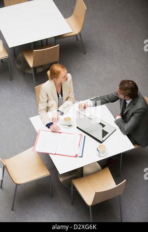 Geschäftsmann und Geschäftsfrau arbeiten im café - Stockfoto