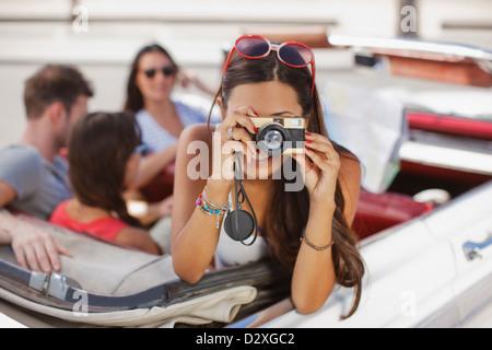 Frau unter Bild vom Cabriolet - Stockfoto