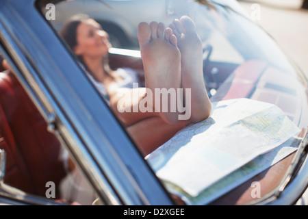 Nahaufnahme eines Weibes schmutzigen Füße auf Armaturenbrett Stockfoto