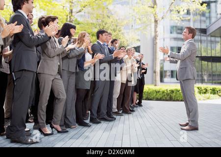 Menge von Geschäftsleuten Jubel für Unternehmer - Stockfoto
