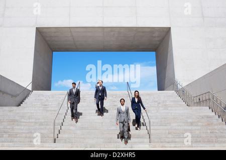 Geschäftsleute, die städtischen Treppen absteigend - Stockfoto