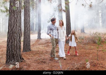 Glückliche Familie Wandern in Wäldern - Stockfoto