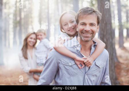Porträt des Lächelns Familie im Wald - Stockfoto