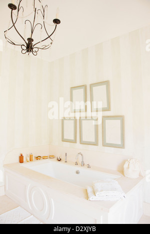 Kronleuchter über Badewanne in Luxus-Badezimmer - Stockfoto