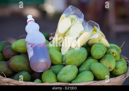 Grünen Mangos zum Verkauf an einer Straßenseite stall in Granada, Nicaragua. Sie sind mit Salsa und Salz gegessen. - Stockfoto