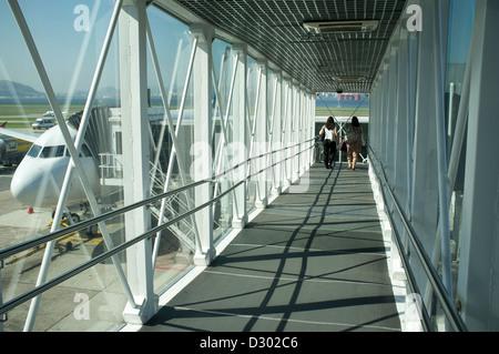 Zwei Frauen gehen durch eine Jet-Brücke auf dem Weg zum Flugzeug am Flughafen Santos Dumont in der Innenstadt von - Stockfoto