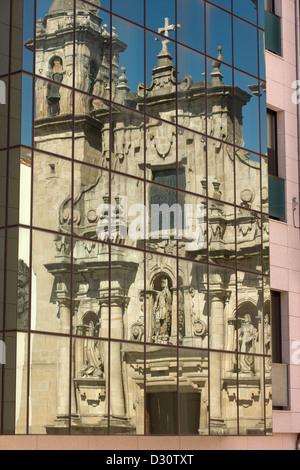 REFLEXION DER KIRCHE PARROQUIA DE SAN JORGE IN GLASFENSTER DES MODERNEN GEBÄUDES LA CORUNA GALIZIEN SPANIEN - Stockfoto
