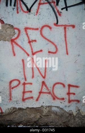 Ruhe in Frieden-Graffiti auf einer zerbröckelnden Wand gesprüht. - Stockfoto
