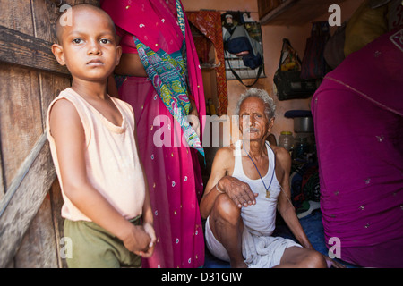 Armut leben in tehkhand slum delhi indien familie for Indische tur