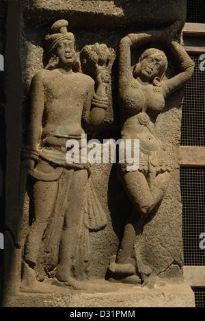 Mithuna paar auf der linken Seite der Haupteingang Tür, Karla Chaitya, Dist Pune, Maharashtra. - Stockfoto