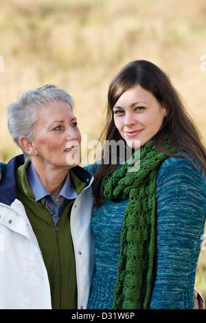 Ältere Frau sah sie Tochter erwachsen - Stockfoto