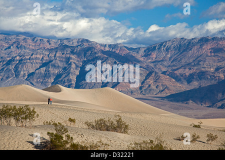 Death Valley Nationalpark, Kalifornien - Wanderer auf Mesquite flache Sanddünen. - Stockfoto