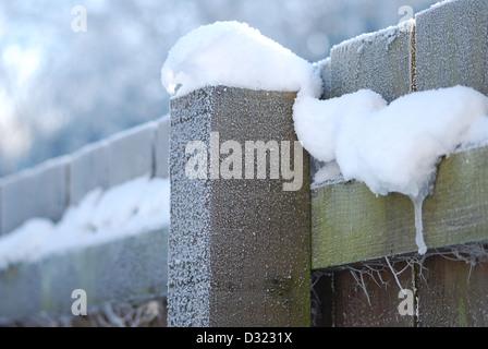 Ein Stück unberührte unberührten Schnee auf einem hölzernen Zaun bedeckt mit dicken Frost und Spider Webs mit kühlen - Stockfoto
