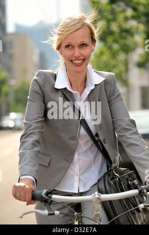 Frau hören von Musik auf dem Fahrrad - Stockfoto