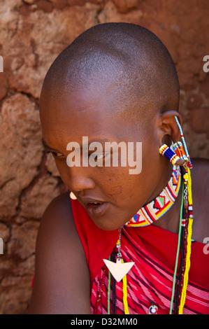 Massai Frau sitzt in ihrer Hütte in der Manyatta, Kenia - Stockfoto