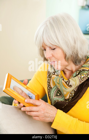 Ältere Dame Blick auf photopgraph - Stockfoto