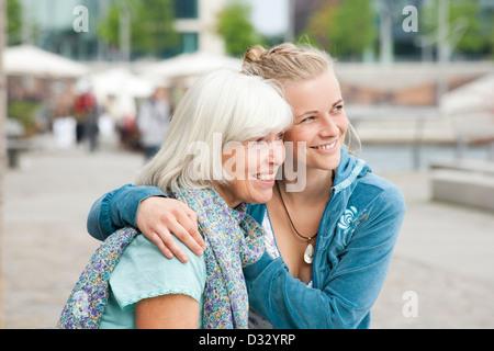 Mutter und Tochter im Teenageralter im Meer in den Urlaub
