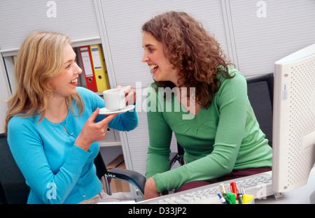 Zwei Kollegen bei der Arbeit im Chat - Stockfoto