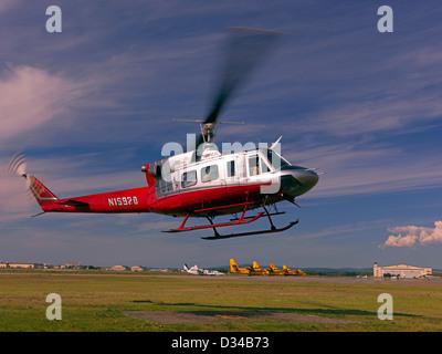 Bell 212 Hubschrauber abheben aus Fort Wainwright in Fairbanks Alaska auf einer Mission zur Brandbekämpfung US Forest - Stockfoto