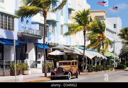 Ein Buick Oldtimer am Ocean Drive, South Beach, Miami Beach, FL, USA - Stockfoto
